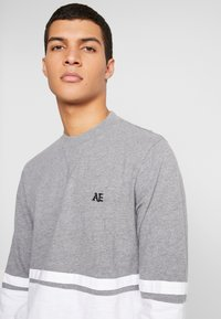 American Eagle - MOCK NECK PANEL - T-shirt à manches longues - medium grey heather/new white - 4