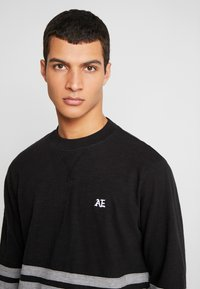 American Eagle - MOCK NECK PANEL - Maglietta a manica lunga - bold black/medium grey - 3