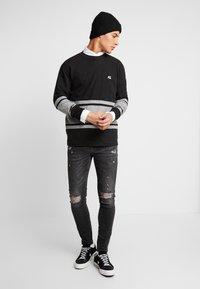 American Eagle - MOCK NECK PANEL - Maglietta a manica lunga - bold black/medium grey - 1