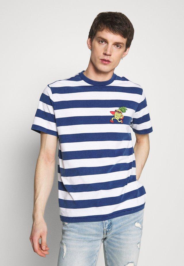 PRINTED CHEST STRIPE - T-Shirt print - blue