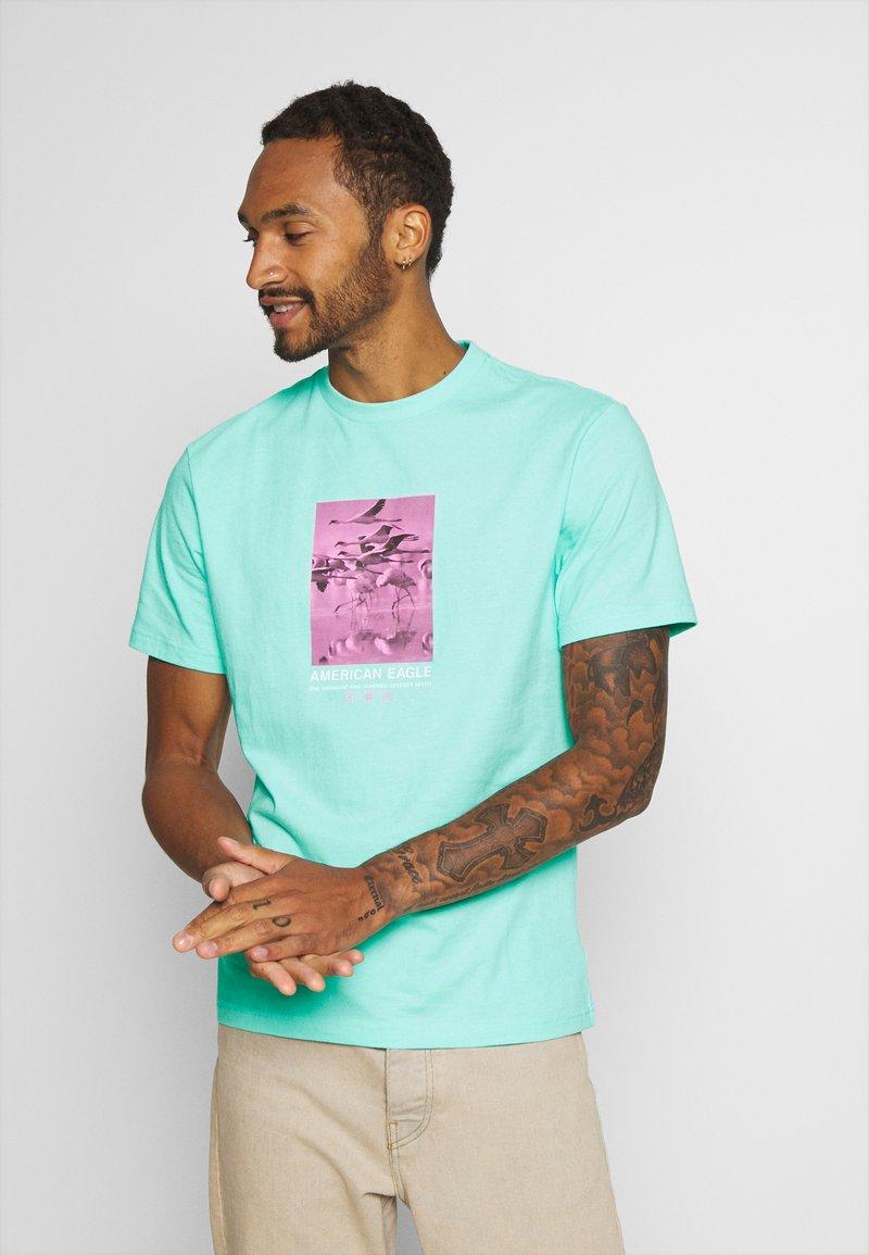 American Eagle - UNISEX SET IN TEE CORE BRAND - T-shirt z nadrukiem - cream mint