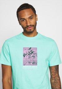 American Eagle - UNISEX SET IN TEE CORE BRAND - T-shirt z nadrukiem - cream mint - 3