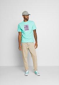 American Eagle - UNISEX SET IN TEE CORE BRAND - T-shirt z nadrukiem - cream mint - 1
