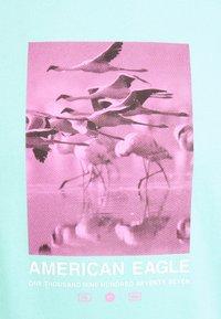 American Eagle - UNISEX SET IN TEE CORE BRAND - Print T-shirt - cream mint - 2