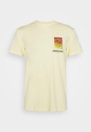 PHOTOREAL TEE - Print T-shirt - cozy yellow