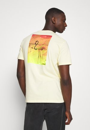 PHOTOREAL TEE - Print T-shirt - cozy yellow