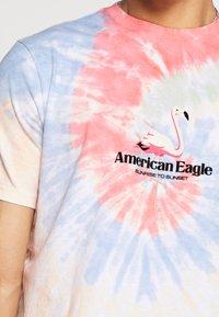 American Eagle - UNISEX SET IN TEE TIE DYE - Triko spotiskem - yellow infusion - 5