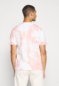 American Eagle - UNISEX SET IN TIE DYE - Print T-shirt - peach - 2
