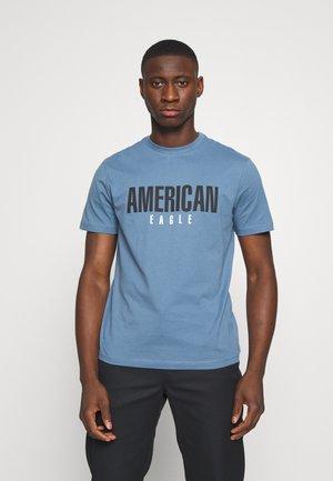 SET IN TEE - T-shirt z nadrukiem - rustic blue