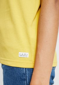AMOV - IT MATTERS TEE - T-shirts - yellow - 5