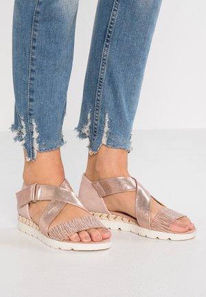 Sandály na klínu - rose gold