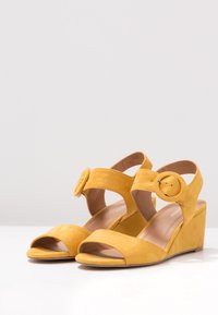 Anna Field - Sandalen met sleehak - yellow - 4