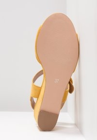 Anna Field - Sandalen met sleehak - yellow - 6