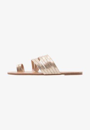 Sandaler m/ tåsplit - rose gold