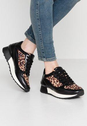 Sneakers - beige/black