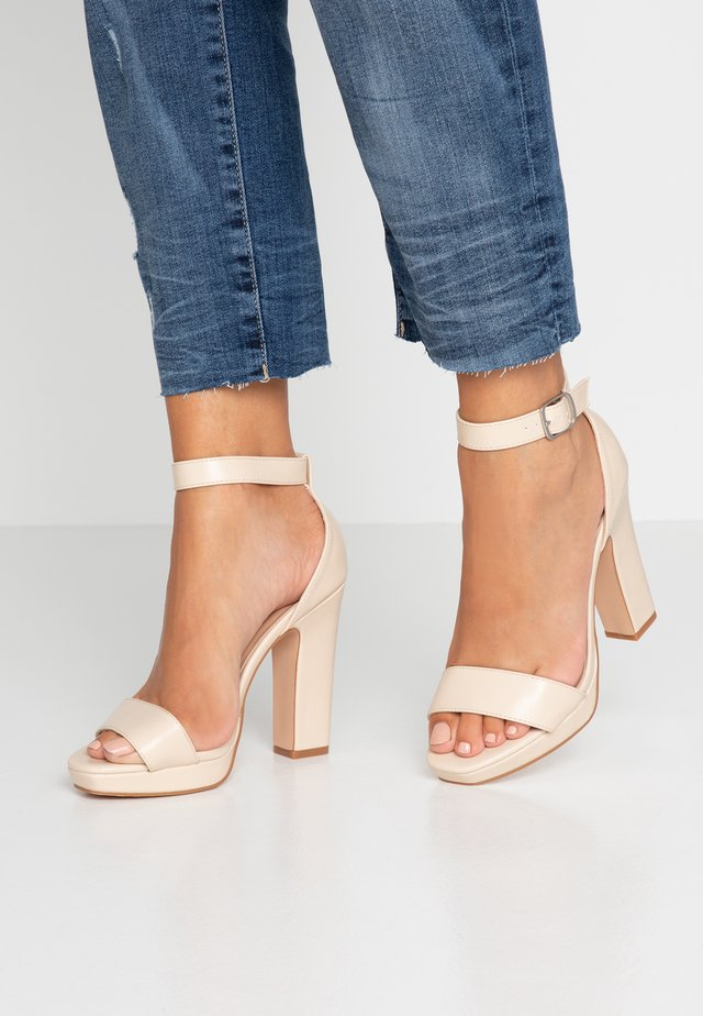 Sandały na obcasie - offwhite