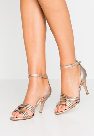 LEATHER HEELED SANDALS - Sandalias - gold