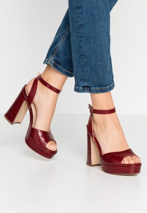 LEATHER HEELED SANDALS - Sandalias de tacón - bordeaux