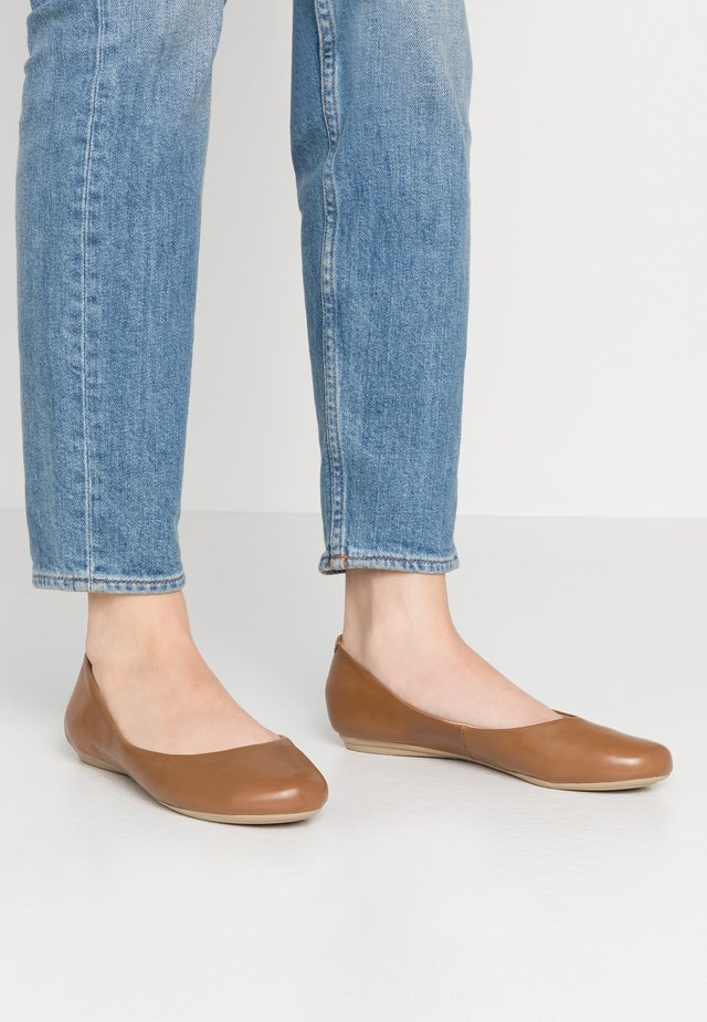 LEATHER BALLET PUMPS - Ballerinat - cognac