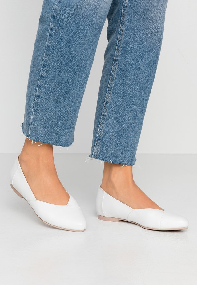 LEATHER BALLERINAS - Ballerines - white