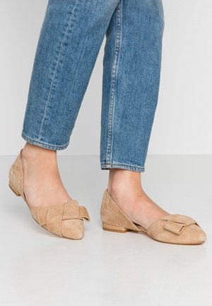 LEATHER BALLERINAS - Bailarinas - beige