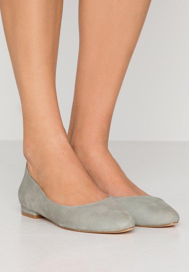 LEATHER BALLERINAS - Ballet pumps - grey