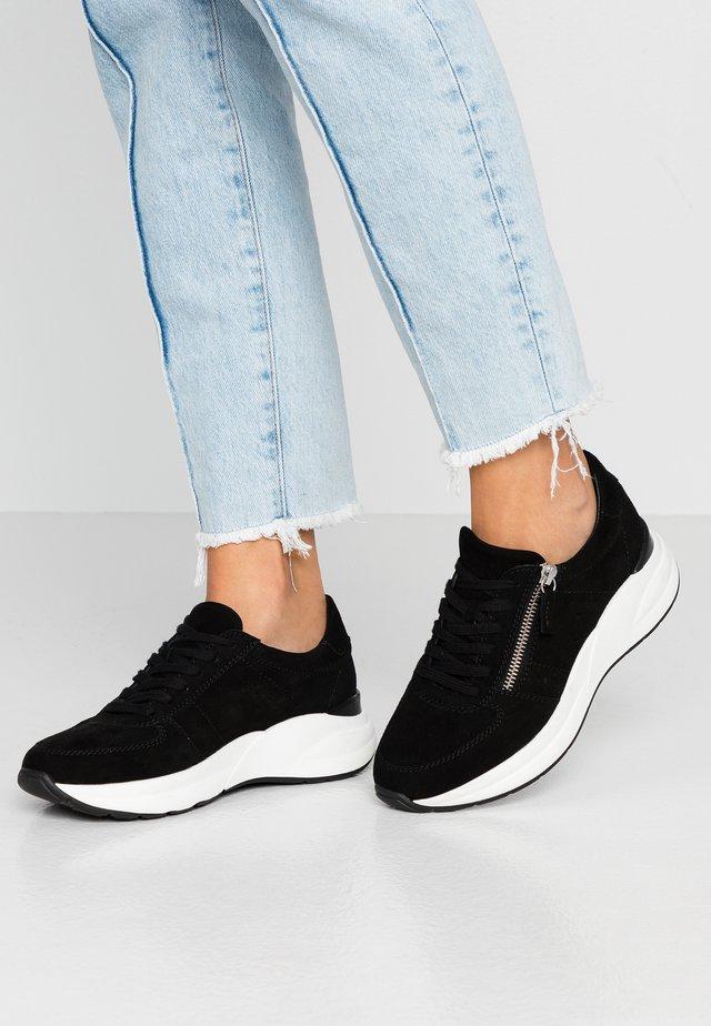 LEATHER SNEAKERS - Sneaker low - black