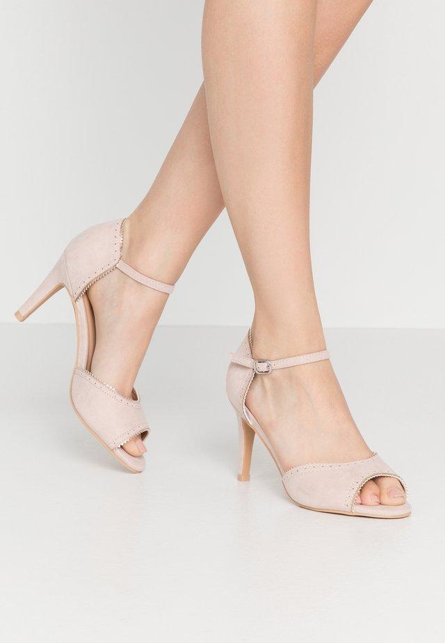 Højhælede peep-toes - nude