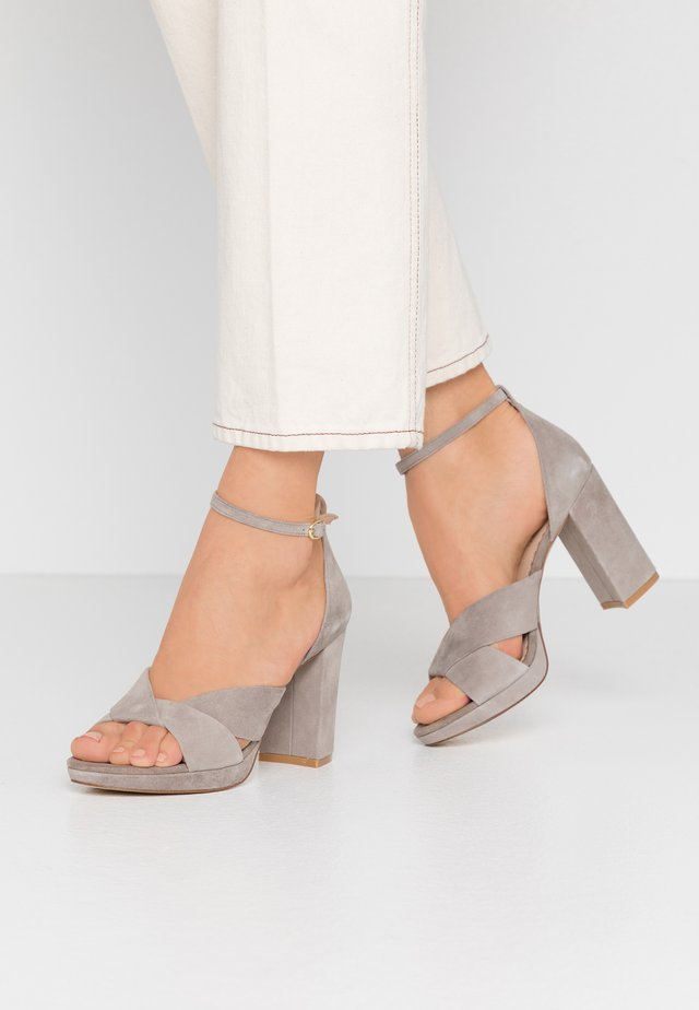 LEATHER HIGH HEELED SANDALS - Højhælede sandaletter / Højhælede sandaler - grey