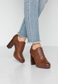 Anna Field - Kotníková obuv na vysokém podpatku - cognac - 0