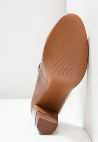 Anna Field - LEATHER CLASSIC HEELS - Classic heels - cognac - 8