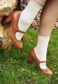 Anna Field - LEATHER CLASSIC HEELS - Classic heels - cognac - 4