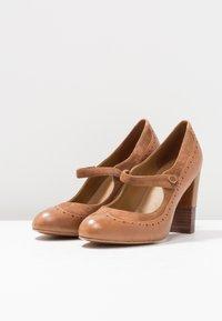 Anna Field - LEATHER CLASSIC HEELS - Classic heels - cognac - 6