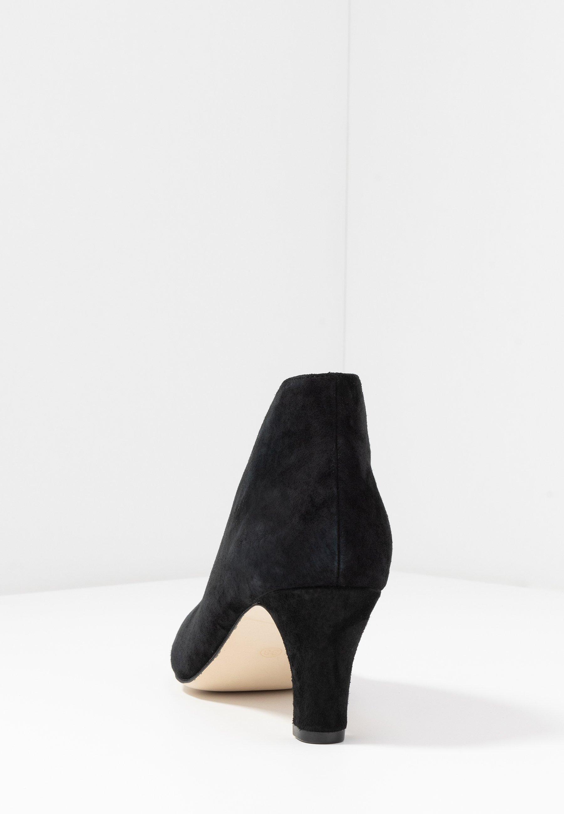 LEATHER ANKLE BOOTS Korte laarzen black