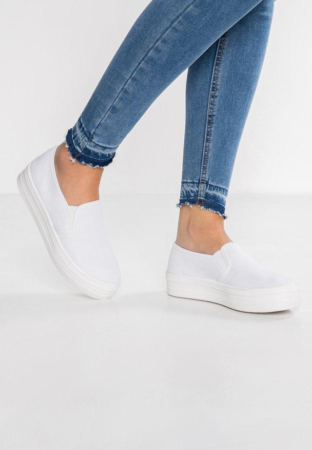 Loaferit/pistokkaat - white