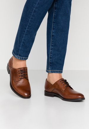 LEATHER LACE-UPS - Derbies - cognac