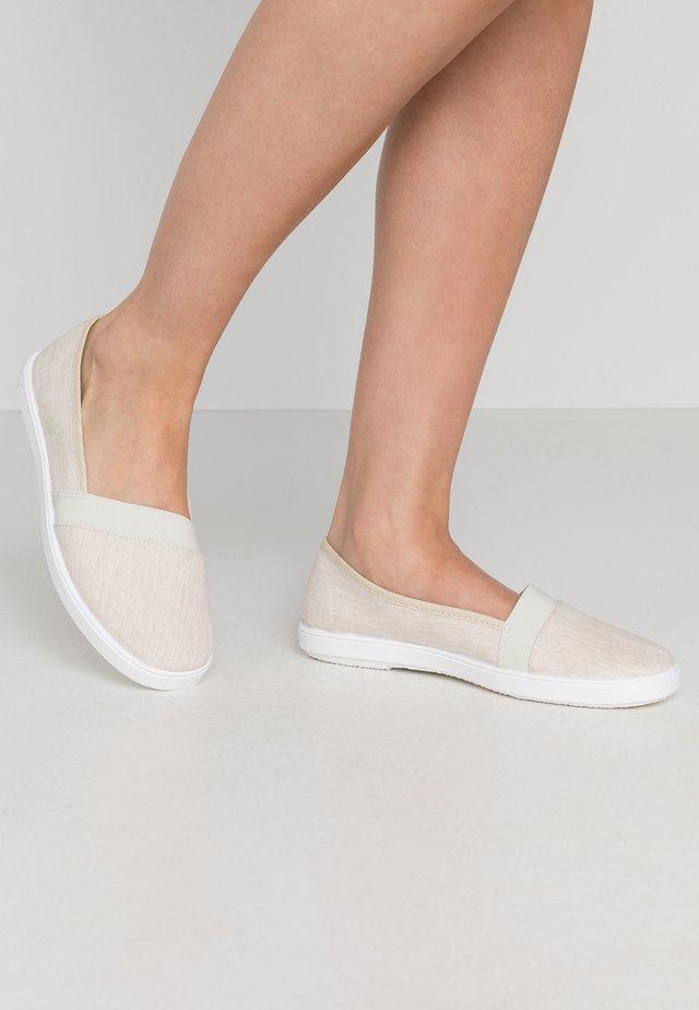 Loaferit/pistokkaat - sand