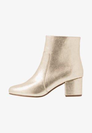 Kotníkové boty - gold