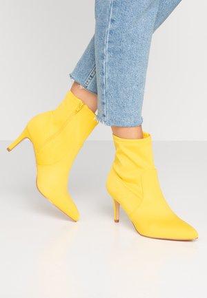 Kotníkové boty - neon yellow