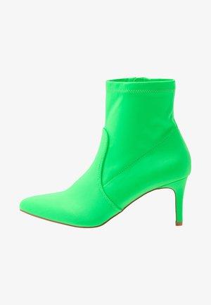 Kotníkové boty - neon green