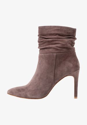 LEATHER BOOTIES - Støvletter - brown
