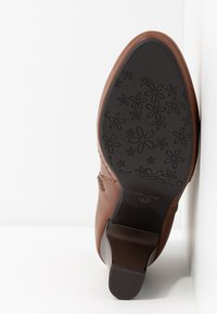 Anna Field - Kotníková obuv na vysokém podpatku - cognac - 6