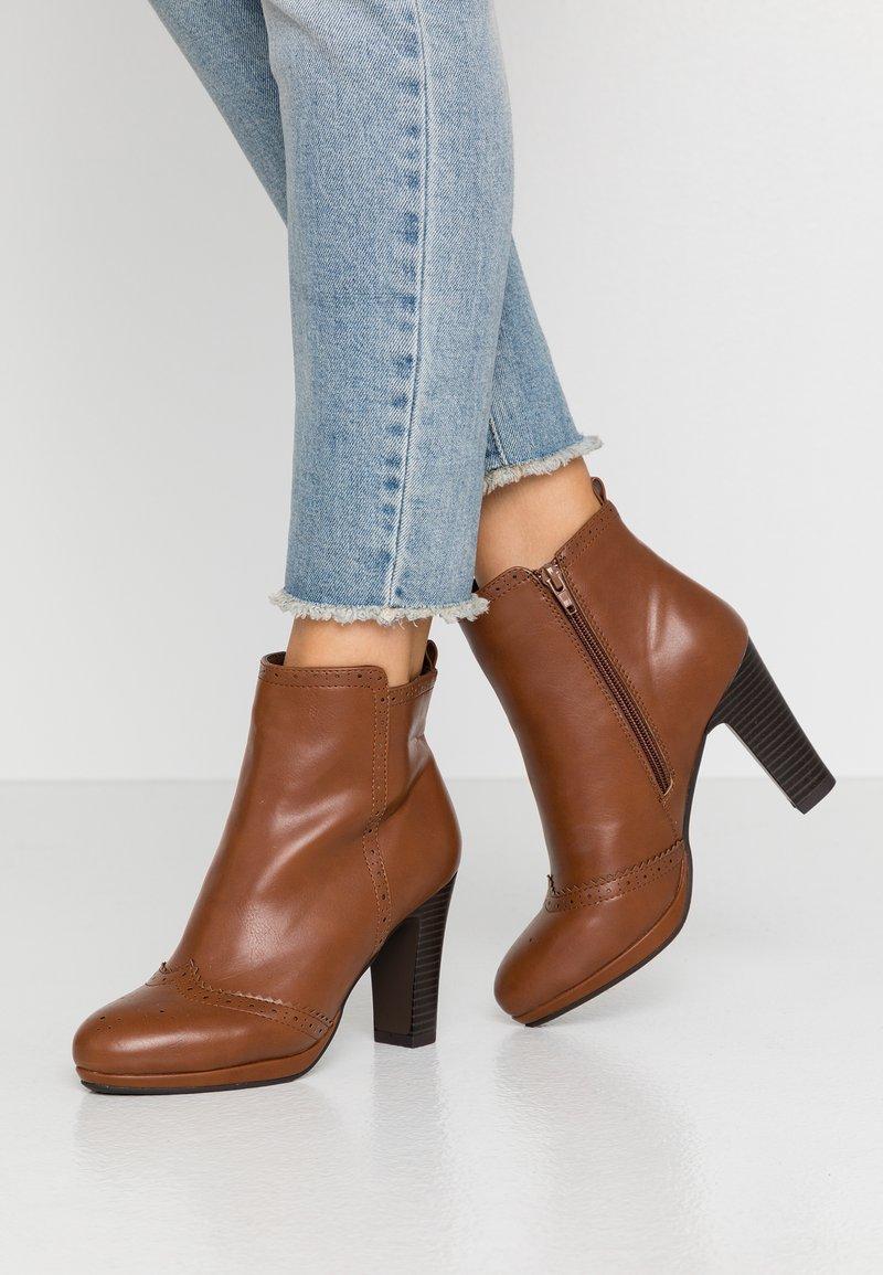 Anna Field - Kotníková obuv na vysokém podpatku - cognac