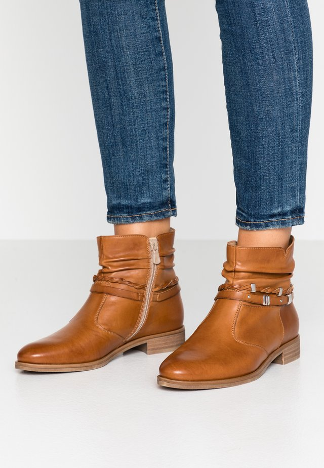 LEATHER BOOTIES - Botines bajos - cognac