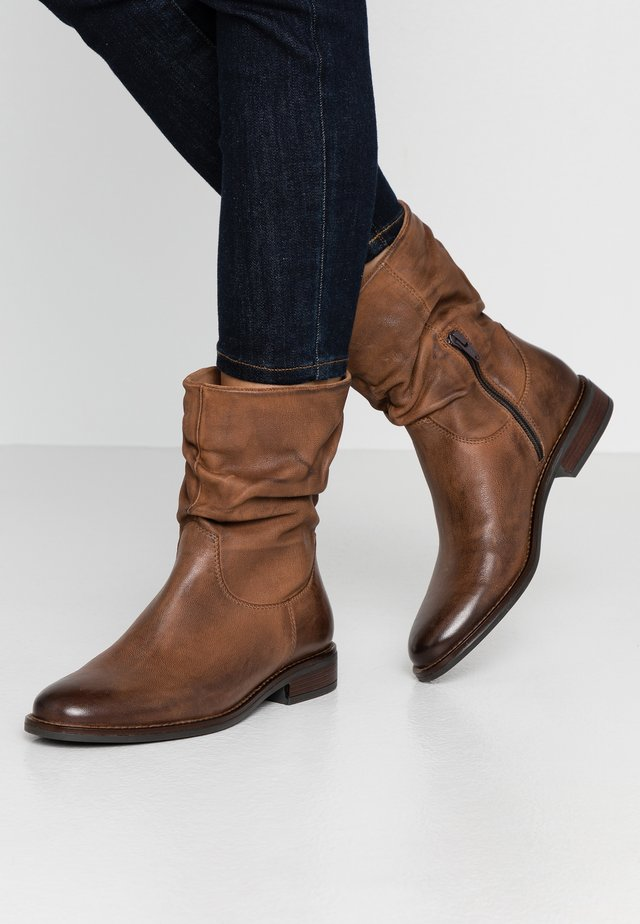 LEATHER CLASSIC ANKLE BOOTS - Botki - brown