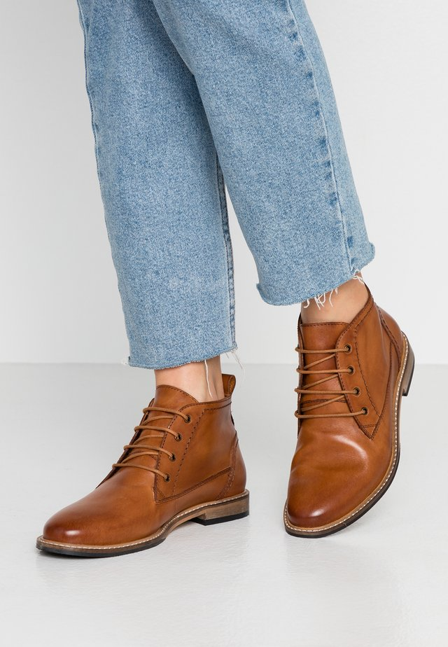 LEATHER BOOTIES - Bottines à lacets - cognac