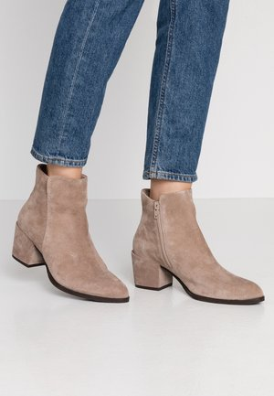 LEATHER BOOTIES - Botines bajos - beige