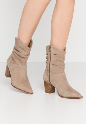 LEATHER CLASSIC ANKLE BOOTS - Stövletter - taupe
