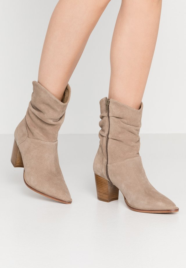 LEATHER CLASSIC ANKLE BOOTS - Korte laarzen - taupe