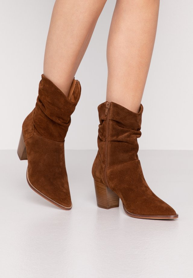 LEATHER CLASSIC ANKLE BOOTS - Botki - cognac